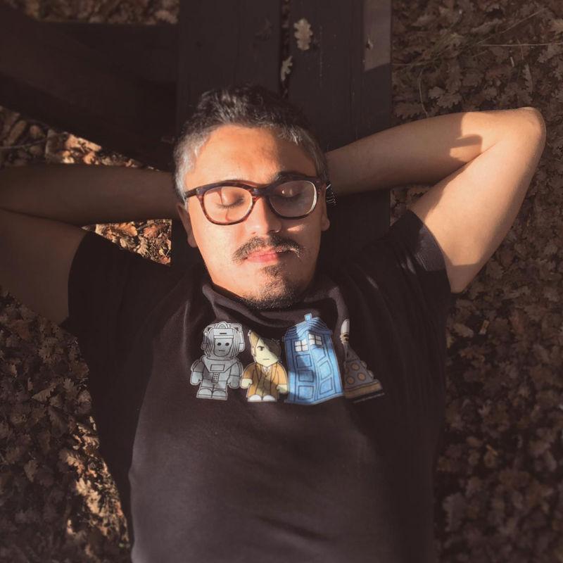 Foto di Andrea Khaldi che si rilassa su una panchina