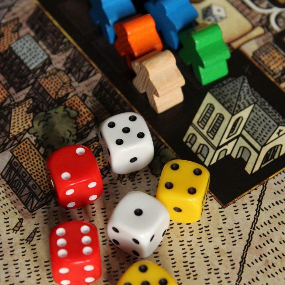 Una foto di dadi ed altri giochi di società