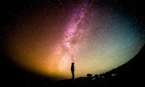Foto di un uomo che osserva un cielo stellato