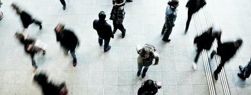 Immagine di persone che camminano in una città