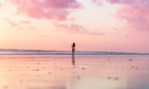 Foto di una ragazza al centro di una pianura sconfinata