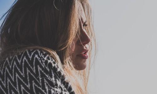Foto di una ragazza che guarda avanti a sé