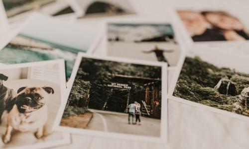 Gruppo di foto su un tavolo
