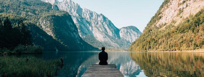 Immagine di un ragazzo che guarda un lago