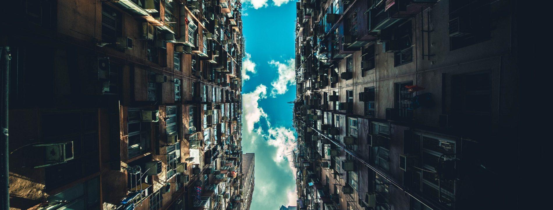Immagine di una porzione di cielo che appare tra due palazzi