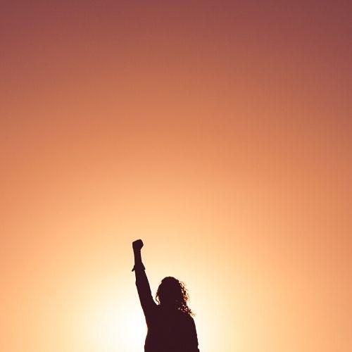 Immagine di una ragazza con il pugno alzato in segno di vittoria