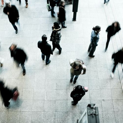 Foto di una folla di persone che camminano