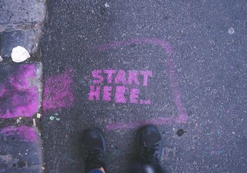 Foto della scritta Start Here per terra