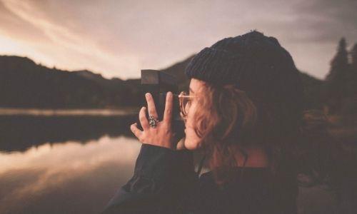 Foto di una ragazza che scatta una fotografia