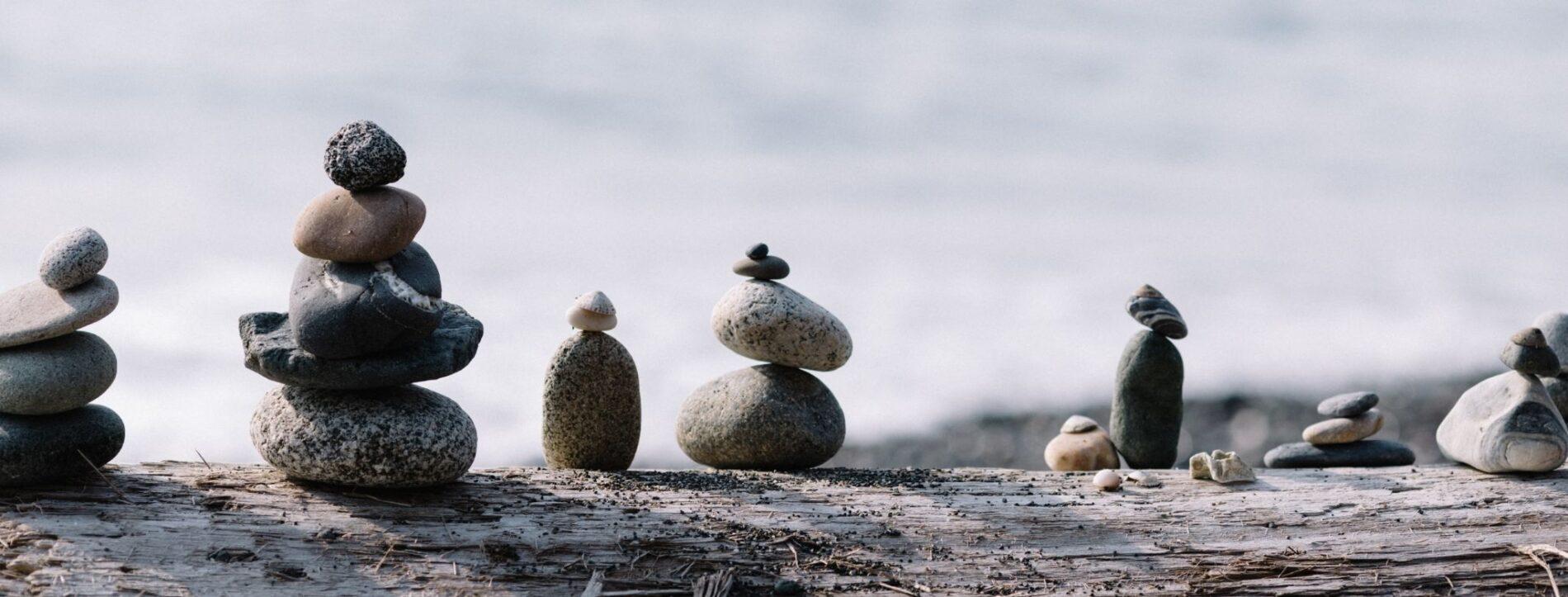 Foto di pietre messe in equilibrio una sopra l'altra