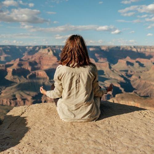 Foto di una ragazza che contempla una vallata