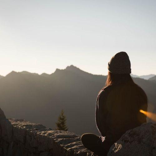 Foto di una ragazza che osserva delle montagne