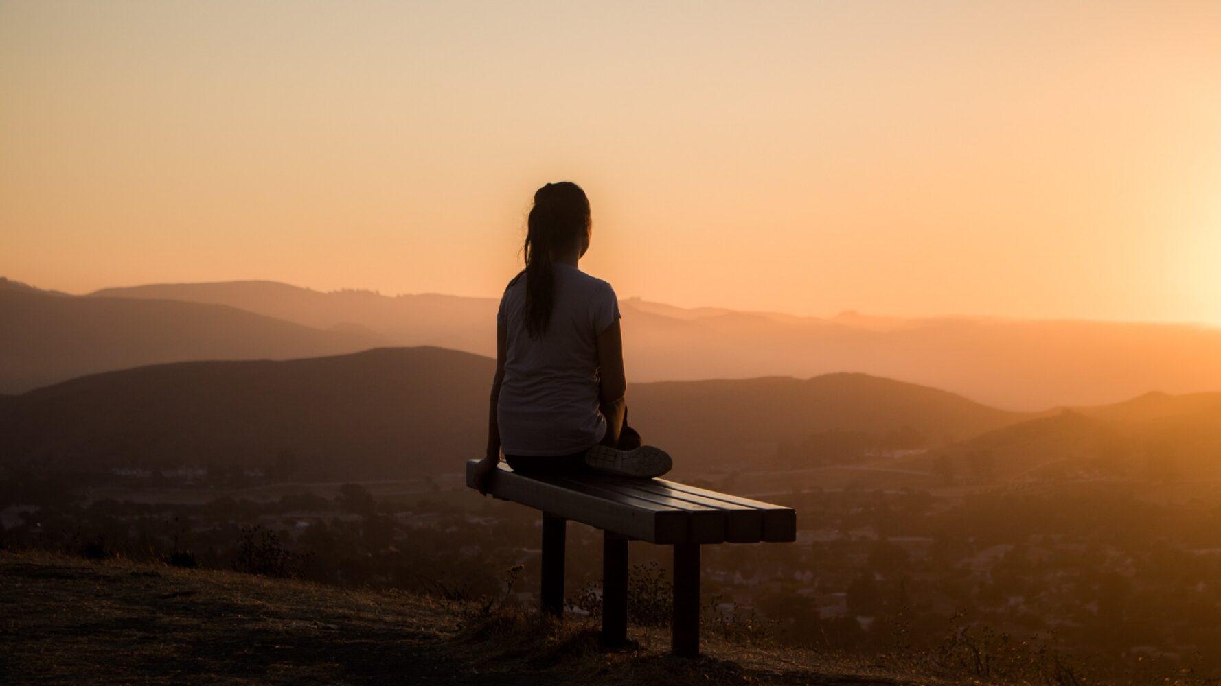 Immagine di una ragazza che guarda l'orizzonte